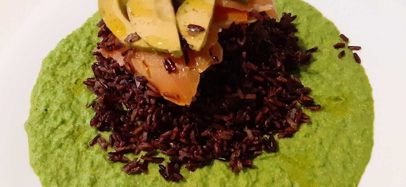 Riso nero con salmone e avocado su base di crema di pisellini freschi